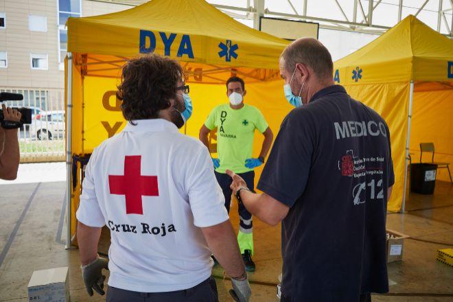 Médicos y voluntarios preparan en las inmediaciones del Instituto de Educación Secundaria de Mendillorri la zona donde realizarán durante esta tarde pruebas PCR de diagnóstico de COVID-19 a jóvenes de entre 17 y 28 años, en Pamplona, (Navarra).