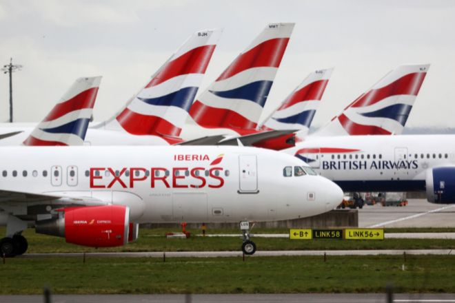 Aviones de Iberia Express y British Airways en el aeropuerto...