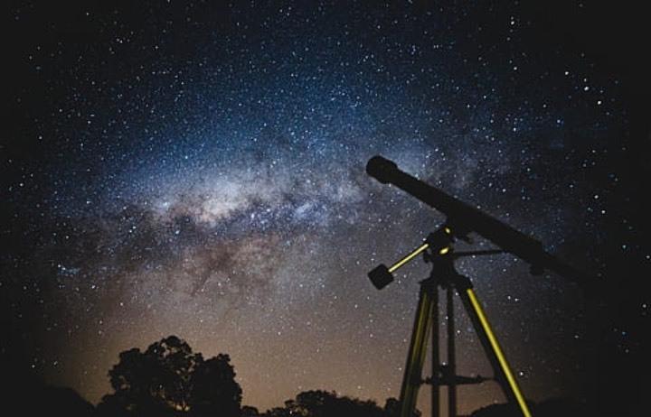 Prismáticos, telescopios, linternas de luz roja... Todo lo que necesitas para observar las perseidas y la lluvia de estrellas en las noches de verano