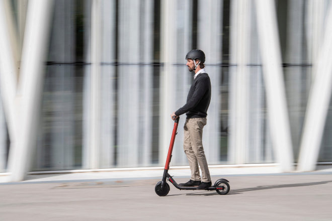 Revocan la condena por conducir sin permiso a un hombre que circulaba en un patinete