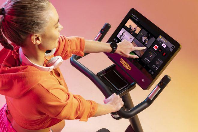 Acuda con Technogym Bike a su clase de fitness favorita en Londres o en Milán sin salir de su oficina o de su salón