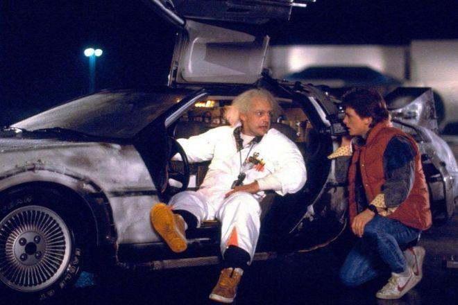 Los protagonistas de 'Regreso al futuro' (1985) deben actuaren el momento preciso para evitar que los acontecimientos tomen un rumbo irreversible.