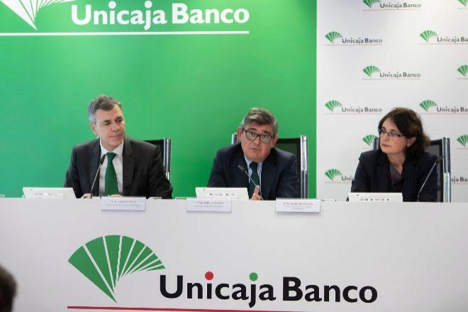 De izquierda a derecha: Ángel Rodríguez, consejero delegado de Unicaja, Pablo González, director financiero y María Eugenia Martínez, directora de comunicación.