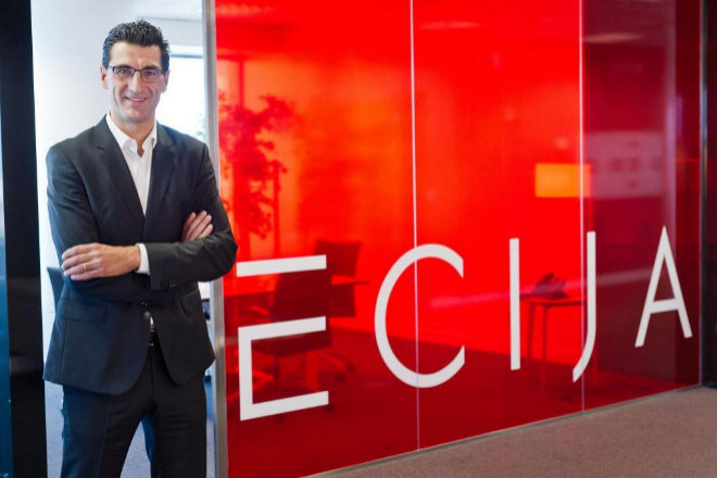 <strong>Siempre más.</strong> Hugo Écija (Madrid, 1971) fundó el bufete en 1996.El letrado apostó por desarrollar una firma centrada en las nuevas tecnologías, la propiedad intelectual y la protección de datos cuando nadie creía en ello. Ahora, mediante la contratación de profesionales y el incremento de áreas de práctica, el objetivo del presidente ejecutivo es convertir Ecija en uno de los cinco bufetes más importantes de España.