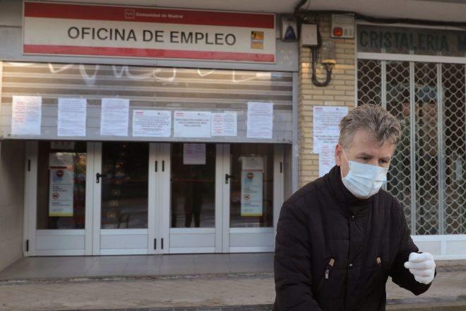 Foto de archivo de un hombre ante una oficina de empleo en Madrid el...
