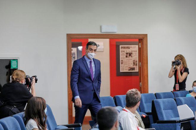 El presidente del Gobierno, Pedro Sánchez, a la entrada de la sala de prensa.