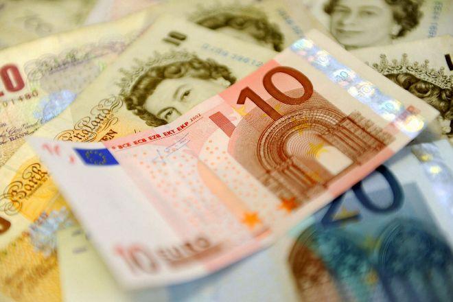 Billetes de euros y libras.