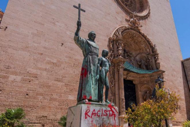 La estatua de San Junípero en Palma fue pintarrajeada con la palabra racista.