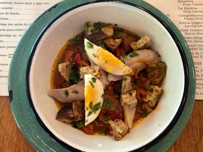 Tatema. Asadillo de ventresca con pimientos, huevo duro y pan roto