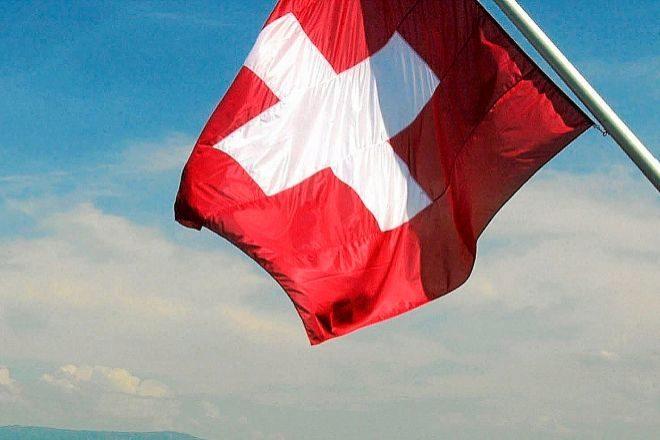 Bandera de Suiza sobe el lago Ginebra.