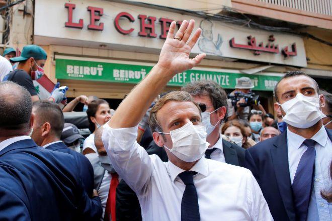El presidente francés, Emmanuel Macron, durante su visita al lugar de la explosión el pasado martes en Beirut (Líbano).