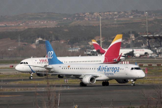 Un avión de Iberia y otro de Air Europa en las pistas del Aeropuerto de Barajas.