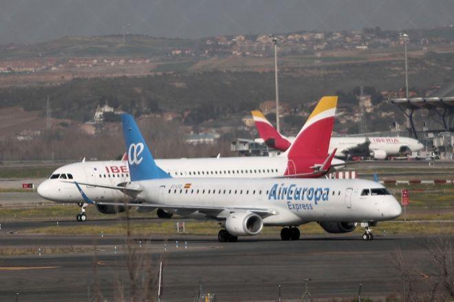 Un avión de Iberia y otro de lt;HIT gt;Air lt;/HIT gt; lt;HIT gt;Europa lt;/HIT gt; en las pistas del Aeropuerto de Barajas