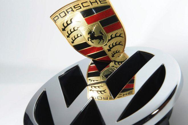 Una imagen de los logotipos de Volkswagen y Porsche.
