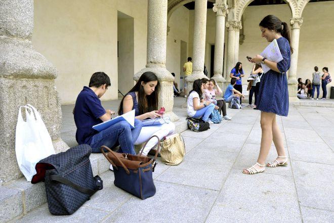 Unos estudiantes repasan antes de las pruebas de selectividad