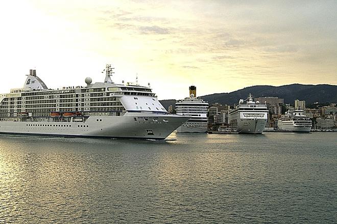 Un crucero puede dar trabajo a más de mil personas. En la imagen, cruceros en Palma de Mallorca.