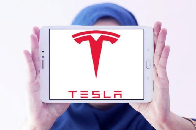 Tablet con el logo de Tesla.