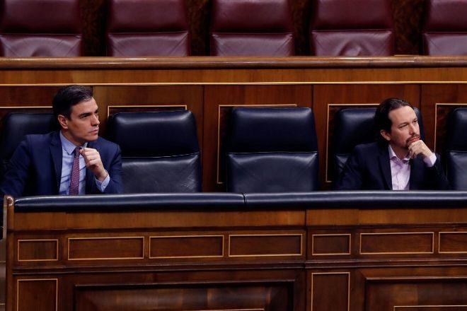 Pedro Sánchez y Pablo Iglesia, en sus escaños del Congreso.