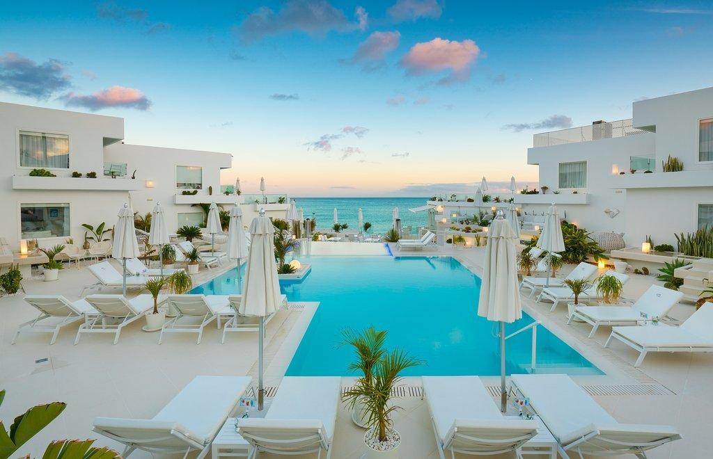 Ubicado en Puerto del Carmen, en primera línea de playa y rodeado de...