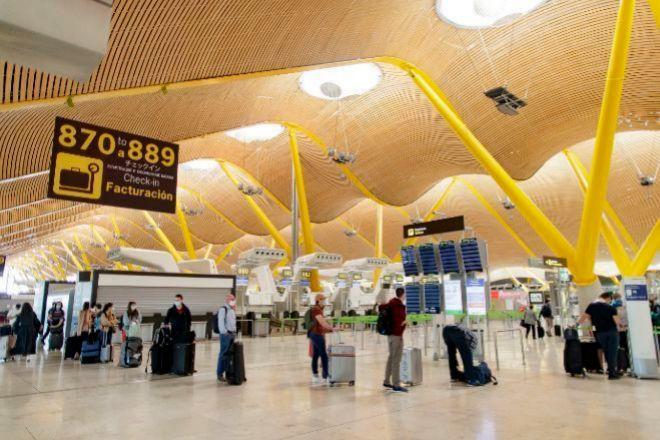 Viajeros en la T4 del aeropuerto de Barajas.