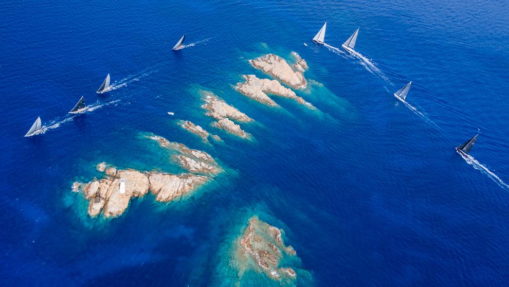 La flota de la Maxi Yacht Rolex Cup, durante una manga de la pasada...