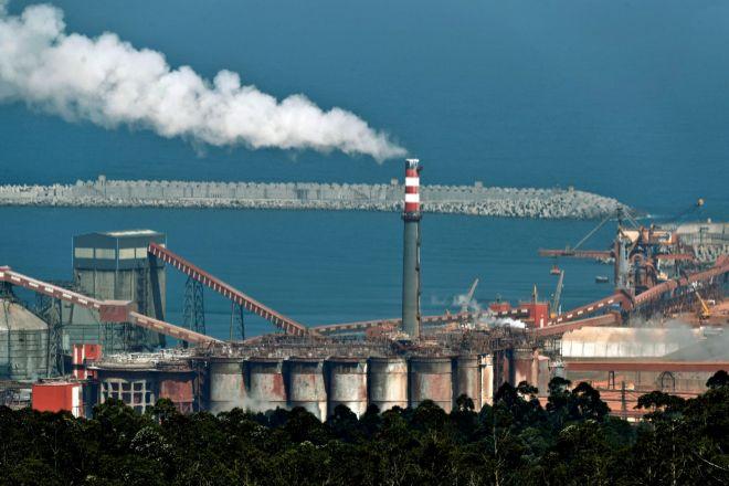 Vista de las instalaciones de la fábrica de aluminio de la empresa Alcoa en San Cibrao, Lugo.
