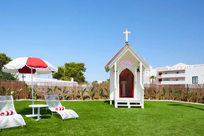 """La """"wedding chapel"""" junto a la piscina por si en un arrebato decide pasar por el """"altar""""."""