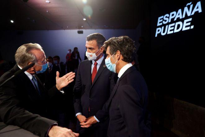 El presidente del Gobierno, Pedro Sánchez (centro) conversa con el...