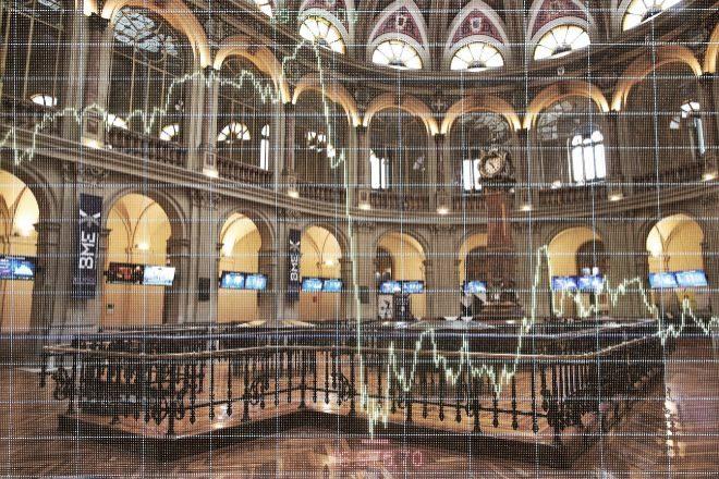 Montaje de un gráfico bursátil en el interior de la Bolsa de Madrid