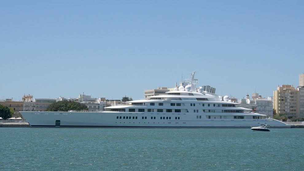 El megayate Azzam en el puerto de Cádiz.