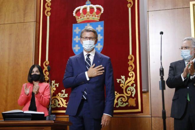 El presidente de la Xunta, Alberto Núñez Feijóo, tras jurar su cargo en presencia de la ministra de Política Territorial Carolina Darias, y del presidente del parlamento, Miguel Santalices, durante el acto de su toma de posesión celebrado este sábado en el Parlamento gallego, en Santiago de Compostela.