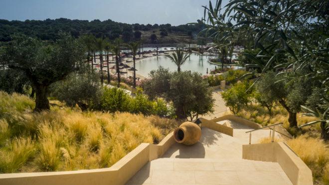 """Escaleras que conectan el bosque mediterráneo y la """"playa"""" en La Reserva Club de Sotogrande."""