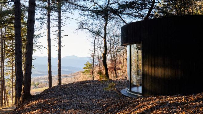La cabaña prefabricada permite su ubicación ideal para disfrutar del paisaje.