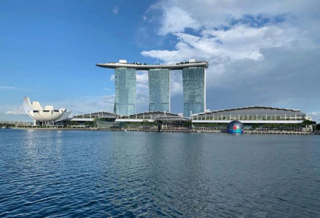 La primera tienda flotante de Apple se encuentra justo enfrente del complejo diseñado por Safdie Architects en el paseo marítimo de Marina Bay.