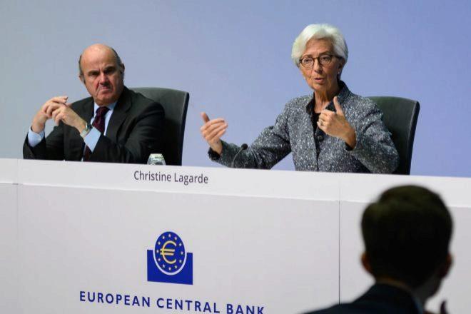 De izquierda a derecha, Luis de Guindos, vicepresidente del BCE, junto...