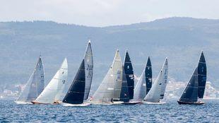 La flota de la clase 6 metros compitiendo durante una de las regatas...