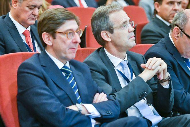El presidente de Bankia, José Ignacio Goirigolzarri, y el de CaixaBank, Jordi Gual.