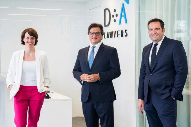 Clara Marín, Ivo Portabales y Daniel Gómez de Arriba, socios de DA Lawyers.