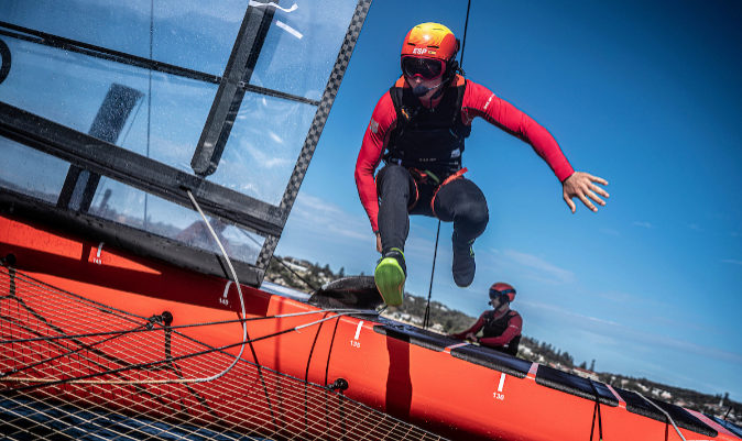 Florian Trittel salta de casco a casco durante el GP de Sídney. | UGO FONOLLÁ / SAILGP