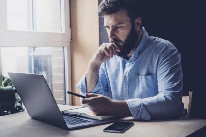 ¿Cómo calculo el salario por un portátil?