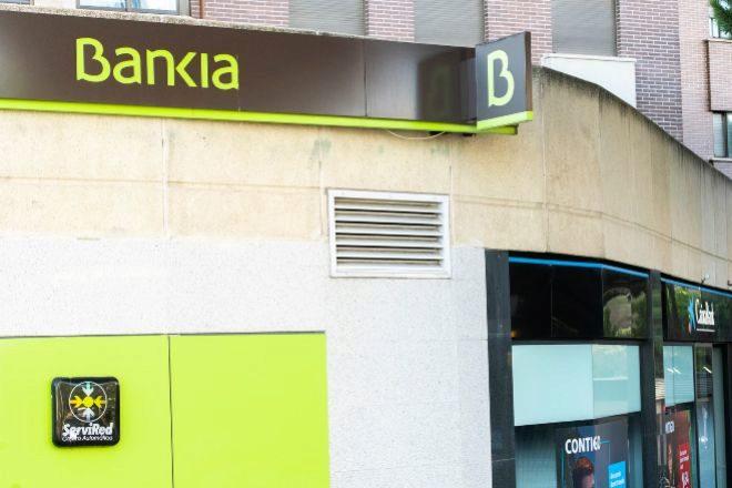 Oficina de Bankia al lado de una sucursal de CaixaBank