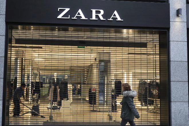 Vista de una tienda de lt;HIT gt;Zara lt;/HIT gt;, que pertenece al grupo Inditex, antes de su apertura en Madrid este miércoles cuando se han publicado los resultados de los nueve primeros meses de su ejercicio fiscal (febrero a octubre) durante los que ha logrado un beneficio neto de 2.720 millones de euros, el 12 % más que un año antes, en tanto que sus ventas crecieron el 7,5 % y sumaron 19.820 millones. EFE/ Fernando Alvarado