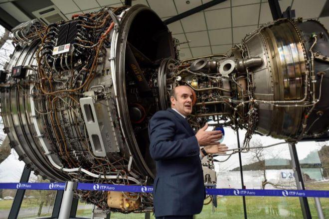 Carlos Alzola, CEO de ITP Aero, ante una turbina en la planta del grupo en Zamudio.