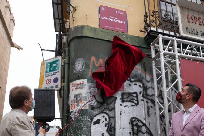 Javier Quesada, presidente dela Fundación Rey Jaime I, y el concejal de Innovación, Carlos Galiana, descubren la placa que da nombre a la plaza.