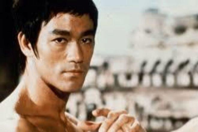 El 'be water, my friend', que pronunció Bruce Lee en una de sus últimas entrevistas, hace referencia a la capacidad de adaptación del ser humano necesaria para sobrevivir en cualquier entorno y situación.
