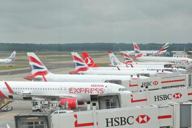 Aviones de Iberia y British Airways en el aeropuerto de Gatwick (Reino...