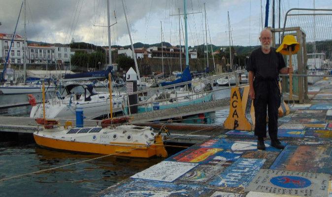 El patrón y su barco, en las Azores.   MAREK HRYNIEWIECKI