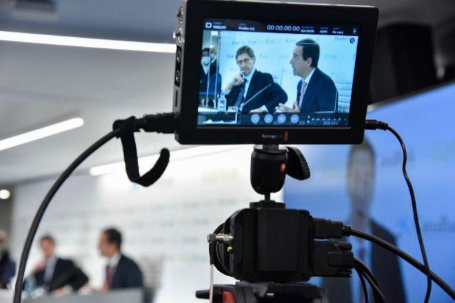 El presidente de Bankia y que será presidente ejecutivo de la nueva entidad, José Ignacio Goirigolzarri (d), y el consejero delegado de CaixaBank y que será consejero delegado de la nueva entidad, Gonzalo Gortázar.