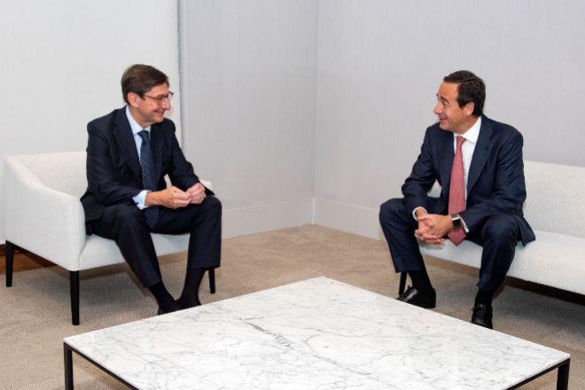 El presidente de Bankia y que será presidente ejecutivo de la nueva entidad, José Ignacio Goirigolzarri (i), y el consejero delegado de CaixaBank y que será consejero delegado de la nueva entidad, Gonzalo Gortázar.