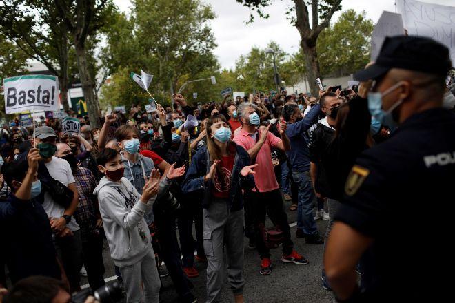 Centenares de personas se concentran este domingo en los alrededores de la Asamblea de Madrid en Vallecas.